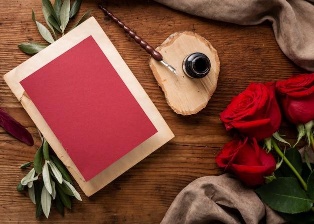 Flache hochzeitskarte und rosen