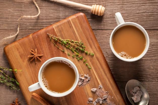 Flache kaffeetassen auf holzbrett legen