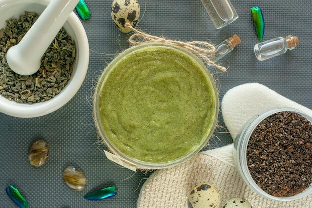 Flache körperpflegeprodukte mit tee, salz, kaffee, natürlichem öl und wachteleiern. spa-stillleben. körperpeeling