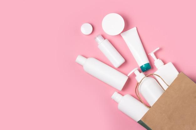 Flache kosmetikgläser aus einer einkaufstasche