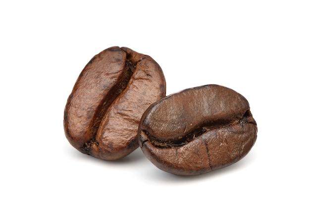 Flache lag geröstete kaffeebohnen isoliert auf weiß