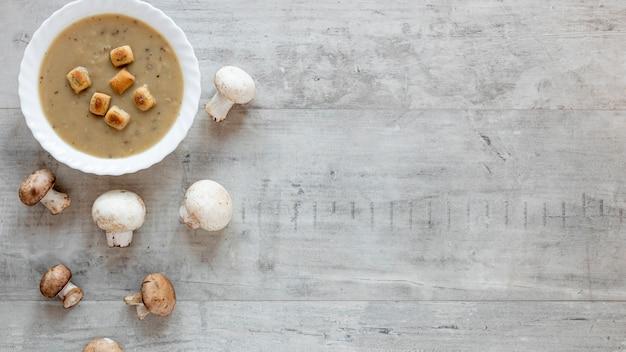 Flache lag hausgemachte suppe auf hölzernem hintergrund