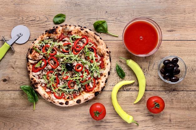 Flache lag leckere pizza auf hölzernem hintergrund