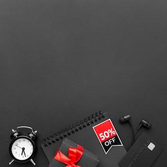 Flache lag schwarze freitag elemente auf schwarzem hintergrund mit kopierraum