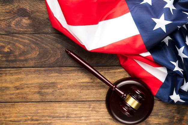 Flache lage amerikanische flagge mit richterhammer
