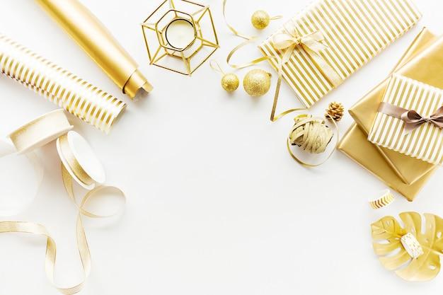 Flache lage auf weißem hintergrund mit goldenem deko
