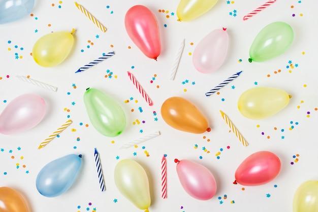 Flache lage bunte luftballons auf weißem hintergrund