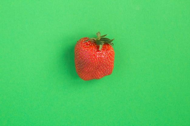 Flache lage deformierter erdbeere