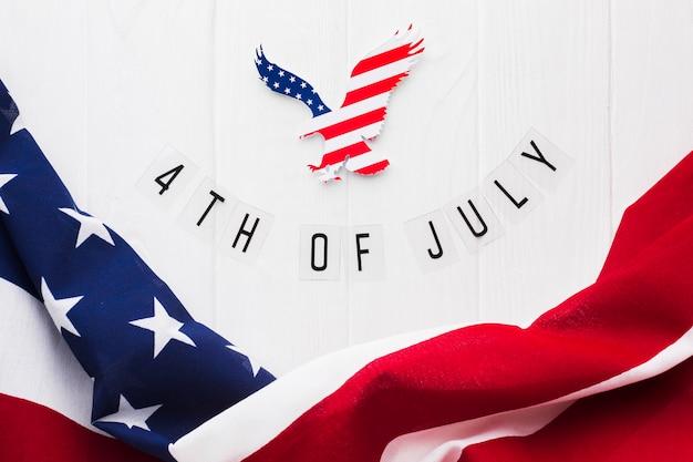 Flache lage der amerikanischen flagge und des adlers für unabhängigkeitstag