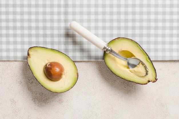 Flache lage der avocado mit samen