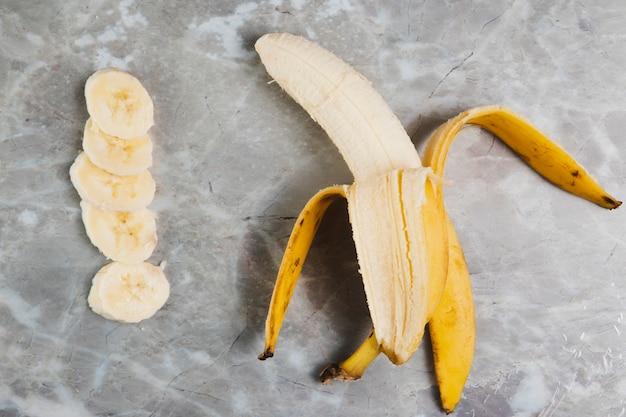 Flache lage der banane auf marmorhintergrund