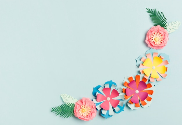 Flache lage der bunten papierfrühlingsblüte