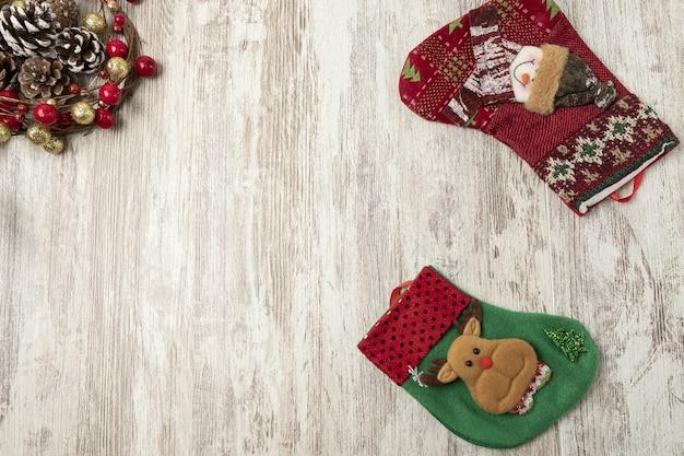 Flache lage der bunten weihnachtsdekorationen auf einem holztisch