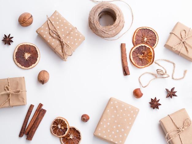 Flache lage der dekorierten geschenkboxen