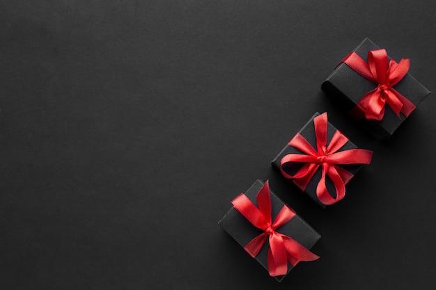 Flache lage der eleganten geschenke mit kopierraum