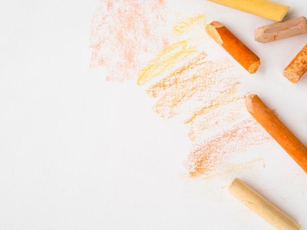 Flache lage der farbigen kreide mit kopierraum