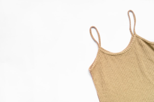 Flache lage der frauenkleider und des zubehörs eingestellt. modischer weiblicher hintergrund der mode.