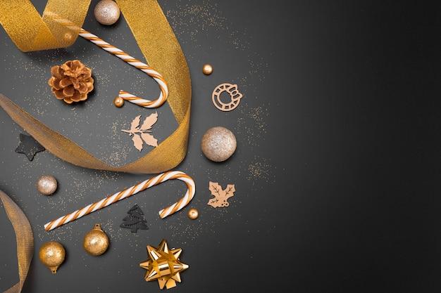 Flache lage der goldenen weihnachtsverzierungen mit kopienraum