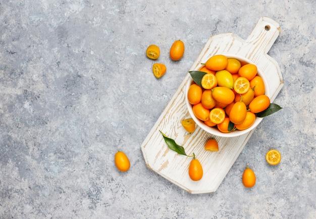 Flache lage der japanischen orangen auf einer betonoberfläche