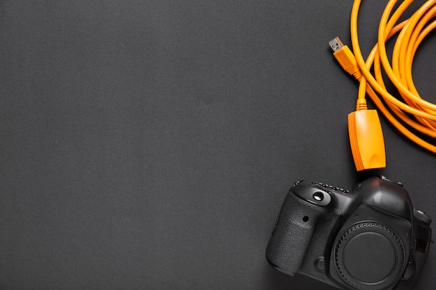 Flache lage der kamera auf schwarzem hintergrund mit kopienraum