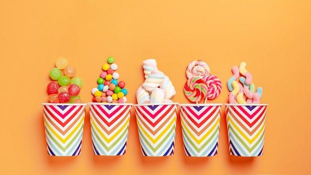 Flache lage der köstlichen bunten bonbons