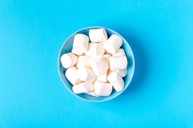Flache lage der köstlichen weißen marshmallows-schüssel