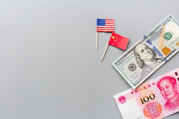 Flache lage der kreativen draufsicht von usa- und china-flaggen und von bargeldamerikanerdollar