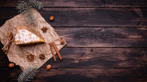 Flache lage der kuchenscheibe mit zimt- und kopienraum