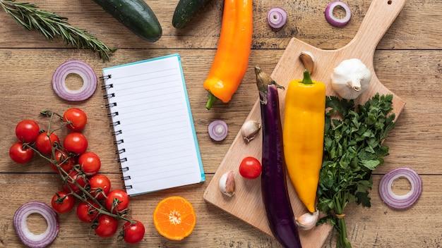 Flache lage der lebensmittelzutaten mit frischem gemüse