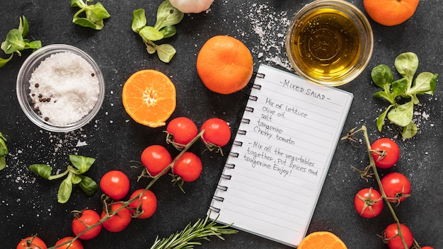 Flache lage der lebensmittelzutaten mit rezept und gemüse