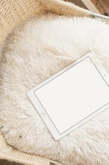 Flache lage der leeren bildschirmtafel mit kopierraum auf pastellbeige flauschigem stuhl. flache lage, draufsicht