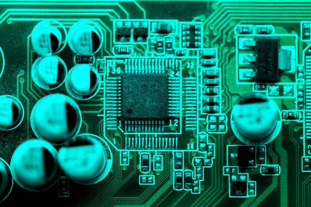 Flache lage der leiterplatte mit kondensatoren