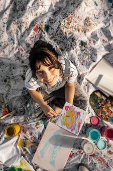 Flache lage der malerin im freien mit leinwand