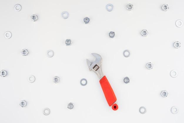 Flache lage der metallmuttern und des schlüssels