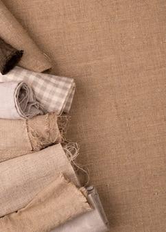 Flache lage der monochromatischen auswahl von textilien mit kopierraum