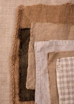 Flache lage der monochromatischen auswahl von textilien