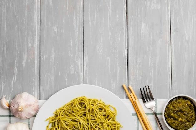 Flache lage der pastateller mit knoblauch