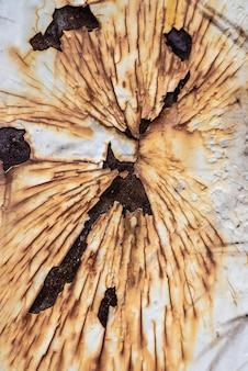 Flache lage der rostigen metalloberfläche mit abblätternder farbe