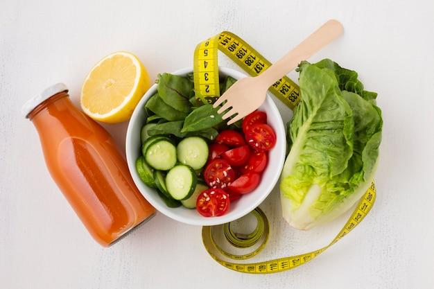 Flache lage der salat- und saftflasche