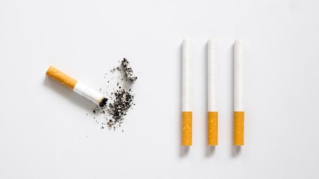 Flache lage der schlechten angewohnheit zigarettenanordnung
