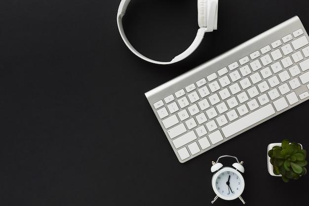 Flache lage der tastatur und der kopfhörer auf dem desktop