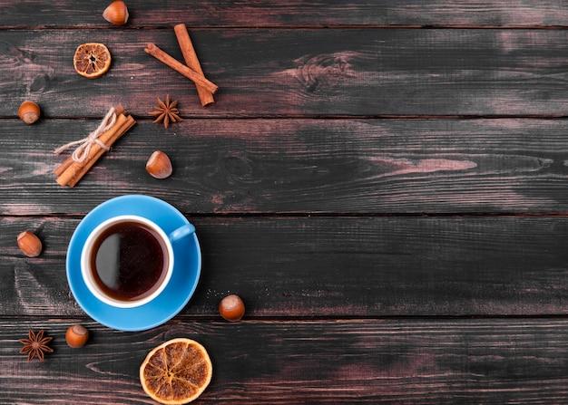 Flache lage der teetasse mit zimt und kastanien