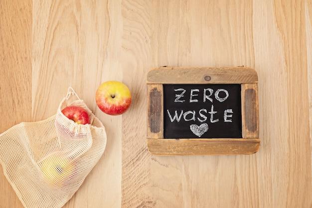 Flache lage der umweltfreundlichen wiederverwendbaren baumwolltasche mit äpfeln. nachhaltiges, ethisches, plastikfreies, abfallfreies lebensstilkonzept. draufsicht