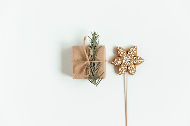 Flache lage der weihnachtshandwerksgeschenkbox auf dem weiß