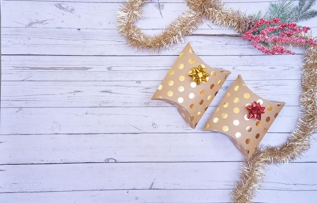 Flache lage der weihnachtskästen auf hölzernem hintergrund