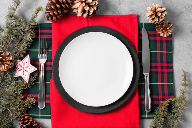 Flache lage der weihnachtstischanordnung mit teller und besteck