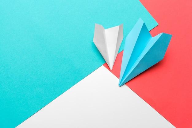 Flache lage der weißbuchfläche und des leeren papiers auf blauem farbpastellhintergrund