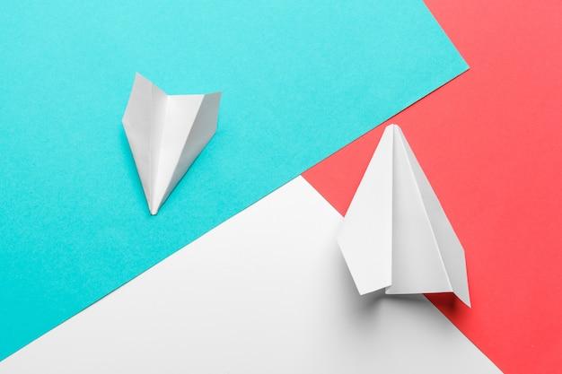 Flache lage der weißbuchfläche und des leeren papiers auf blauer pastellfarbe