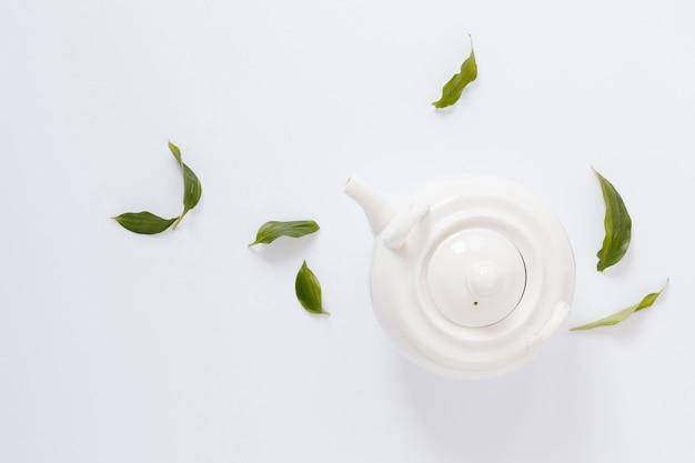 Flache lage der weißen teekanne