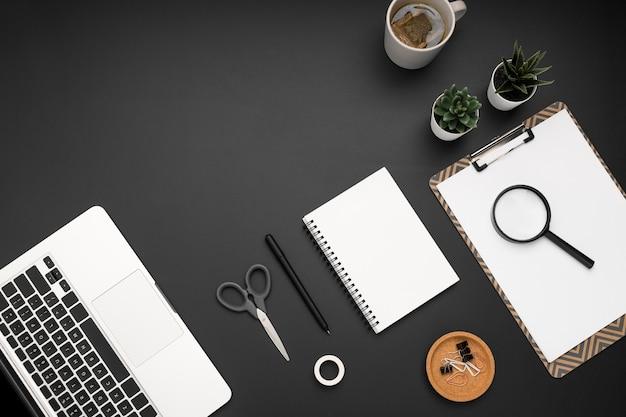 Flache lage der workstation mit laptop und notebook